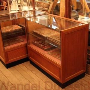 wandel-antik-02556-paar-schauvitrinen-verkaufstheken