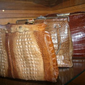 wandel-antik-00815-verschiedene-kroko-handtaschen