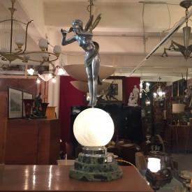 wandel-antik-01233-lichtobjekt-mit-figur-von-la-vingtrie