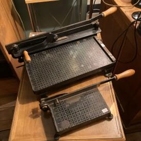 wandel-antik-03560-antike-papierschneidemaschinen-1